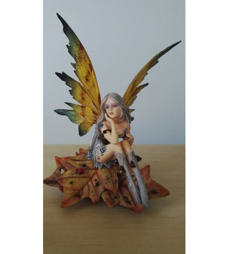 Fée assise sur feuille - Figurine féerique